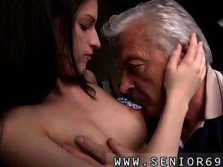 흥분 수석 브루스는 바느질 뒤에 앉아 좋은 여자의 시력을 잡는다.