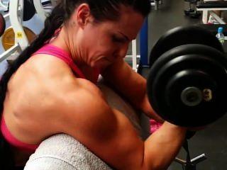 근육 소녀 체육관에서 훈련
