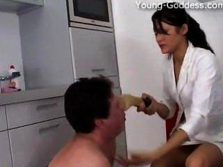젊은 goddess.com 여신 안나 금은 그의 노예를 지배합니다