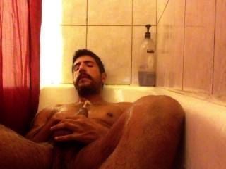 샤워에서 오줌을 질질 끌고 빠져 나가.