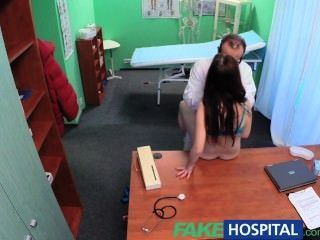 가짜 병원 섹시한 환자는 더러운 의사에게 큰 놀라움을 선사합니다.