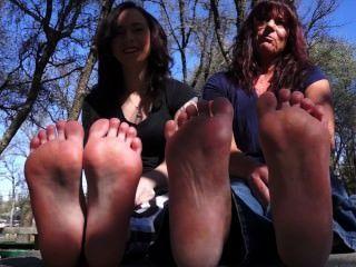 엄마와 딸이 발을 보여줍니다.