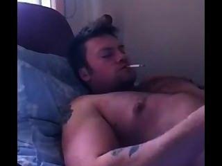 youtube의 뜨거운 남자가 흡연하는 동안 온다.