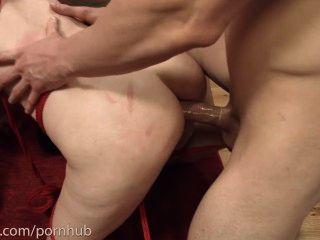 저하 된 항문 piggie 2 남자와 입에 엉덩이를 수행 하 고 자신의 엉덩이를 먹는다.