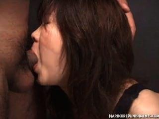일본 여자들은 밧줄에 묶여있는 동안 입으로 먹는다.
