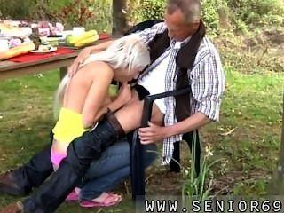 폴은 그의 새 여자 친구와 함께 정원에서 아침 식사를 즐기고 있습니다.