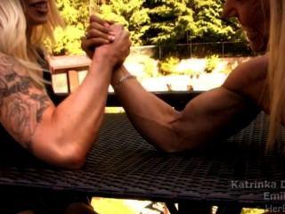 팔목 근육 소녀