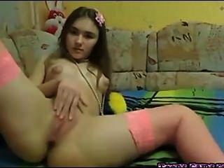 완벽한 사춘기 그녀의 음부와 손가락 그녀의 엉덩이