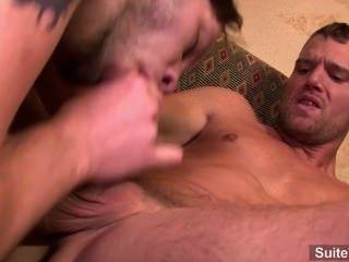문신을 한 게이가 엉덩이를 잘 잡아 먹는다.