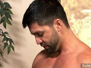열정적 인 갈색 머리 게이 dominic pacifico는 머리를주고 열심히 엿 본다.