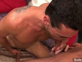 좋은 찾고 게이 바비 클락은 흥분 제레미에 의해 anally banged 및 cummed 가져옵니다