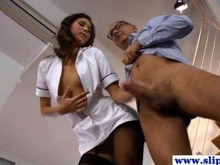 스타킹에 박혀있는 멋진 longlegged 간호사 베이비