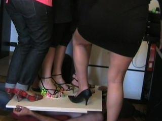 하이힐에서 짓밟고있는 이탈리아 여성들