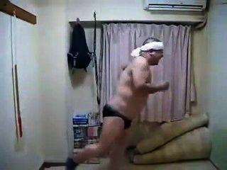 에로틱 한 흥분한 일본 남자 춤