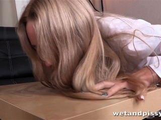 뜨거운 금발 아가씨는 소변 놀이와 늑골이있는 성 장난감을 즐긴다.
