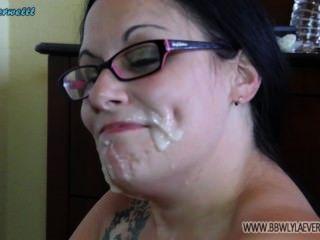 흰색 bbw 많은 자지에서 그녀의 얼굴에 질내 사정을 보여줍니다 얼굴 편집