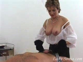 모피 장갑에있는 화려한 아가씨 sonia는 거시기 노예에서 멍청이.