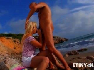 화려한 금발의 공공 해변 섹스