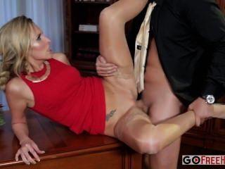 제니 simons 빨간 드레스에 섹시한 금발 제니가 회사 부분에 망할 도착