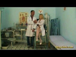 금발 섹시한 간호사가 수탉을 타고