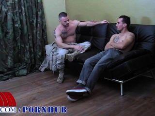 가장 열렬한 군인 중 2 명은 열심히 씨 발