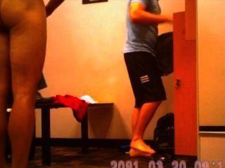 라커룸에있는 남자들의 숨겨진 카메라