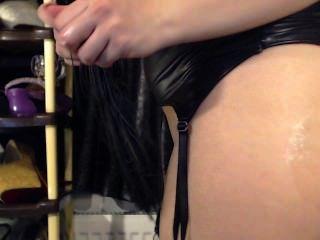 흥분 소녀 거 대 한 장난감을 빠는 하 고 그녀의 꽉 엉덩이 플러그