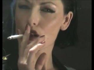 라텍스 pvc에 맛있게 중독 된 흡연 페티쉬 보스 계집