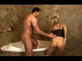 아름 다운 금발 사춘기 빌어 먹을 부 엉 그녀의 피트 목욕