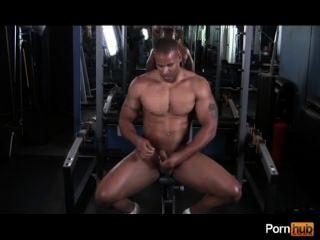 체육관에서 뜨거운 남자