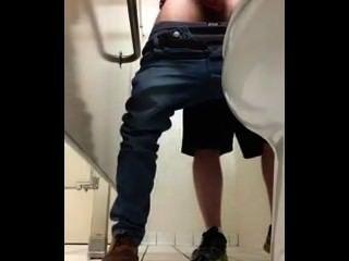 공중 화장실에있는 거위 자지