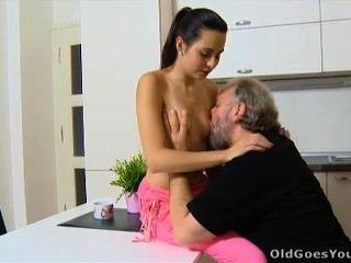 늙은 젊은 라와 그녀의 남자는 부엌에 간다.