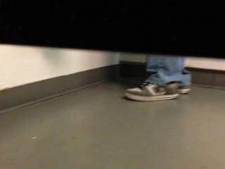 공공 화장실에서 큰 수탉을 감시