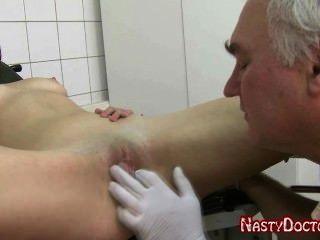 더러운 늙은 러시아 산부인과 의사가 십대 잤어.
