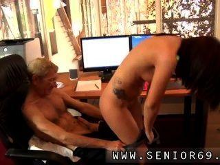 그러나 안나는 그녀의 직업을 지키기로 결심했다.