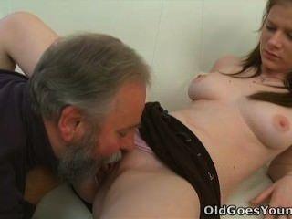 늙은 젊은 마리아는 늙은이가 그녀를 엿먹이는 간다.