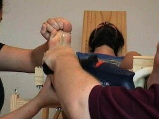맨발로 재갈을 물리고 간질이는 suzanne