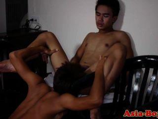 젊은 아시아 twinks는 거시기를 빠는 즐길 수 있습니다.