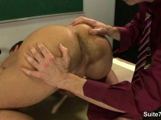 섹시한 게이들이 교실에서 엉덩이를 망치고있다.