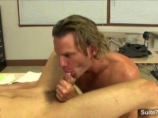 매우 섹시한 게이들이 교실에서 엉덩이를 못살게 굴다.