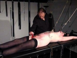 하드 코어 bdsm 및 젖꼭지 고문 문신 된 submissi에서 랙 된 아마추어 노예