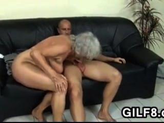 금발 할머니가 엉덩이에 걸립니다.