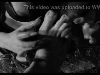 섹시한 하녀는 그녀의 주된 발을 숭배한다.