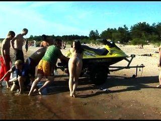 이 십대 나체 주의자 공공 해변에서 벌거 벗은 스트립
