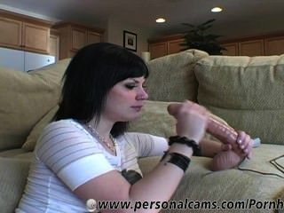 앤디는 그녀의 커다란 딜도 라구 딜도에 핸드 주무르기를 제공하고 당신에게 더러움을 말합니다.