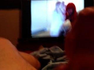 녀석은 열심히 자위하고 발 비디오 (1 부)를 보면서 온다.