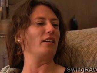 갈색 머리 애인은 스윙 어 맨션에서 그녀의 첫날을 보낸다.