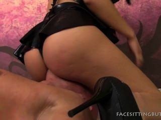 둥근 엉덩이 여자가 pussyboy에 facesitting