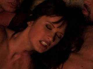 theodora ferreri는 불의 반짝이는 거대한 얼굴을 취합니다.