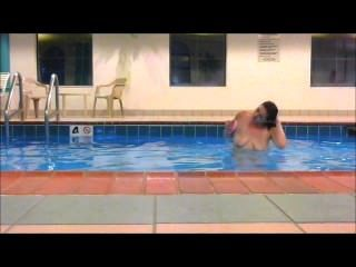 빨간 머리 maddie는 호텔 수영장에서 모두 알몸으로 완전히 수영했습니다 !!